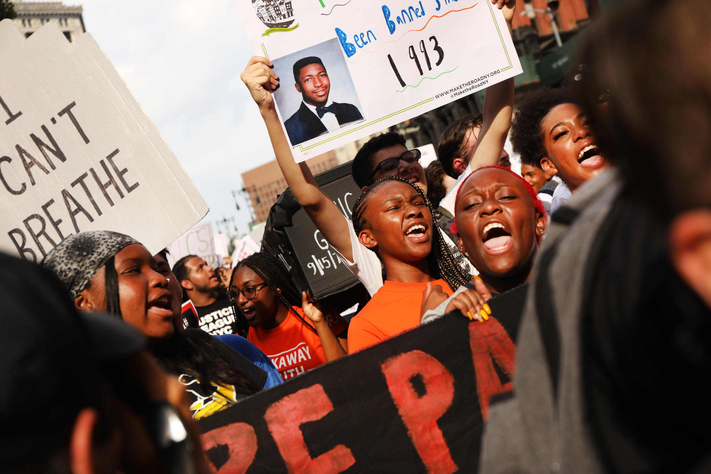 Gente participa en una protesta para conmemorar el quinto aniversario de la muerte de Eric Garner, durante un enfrentamiento con un oficial de policía en el distrito de Staten Island, el 17 de julio de 2019, en la ciudad de Nueva York.