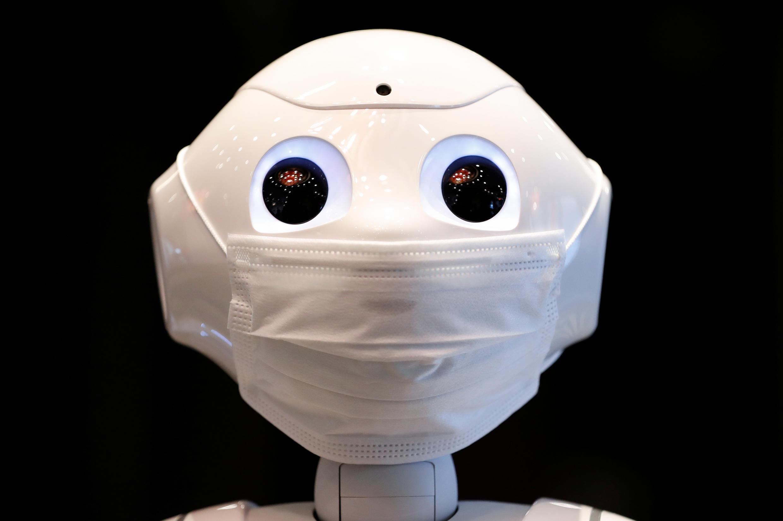 روبوت في فندق تم تخصيصه للتعامل مع الأشخاص الذين لا يعانون من أعراض فيروس كورونا، في طوكيو، اليابان 1 مايو/ أيار 2020.