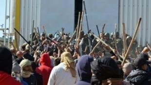 متظاهرون تونسيون يواجهون قوات الأمن أمام منشأة الكامور الاثنين 22 أيار/مايو 2017