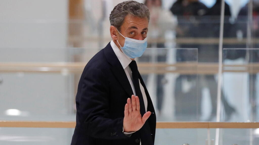 """Affaire des """"écoutes"""" : le procès pour corruption de l'ex-président Nicolas Sarkozy suspendu"""