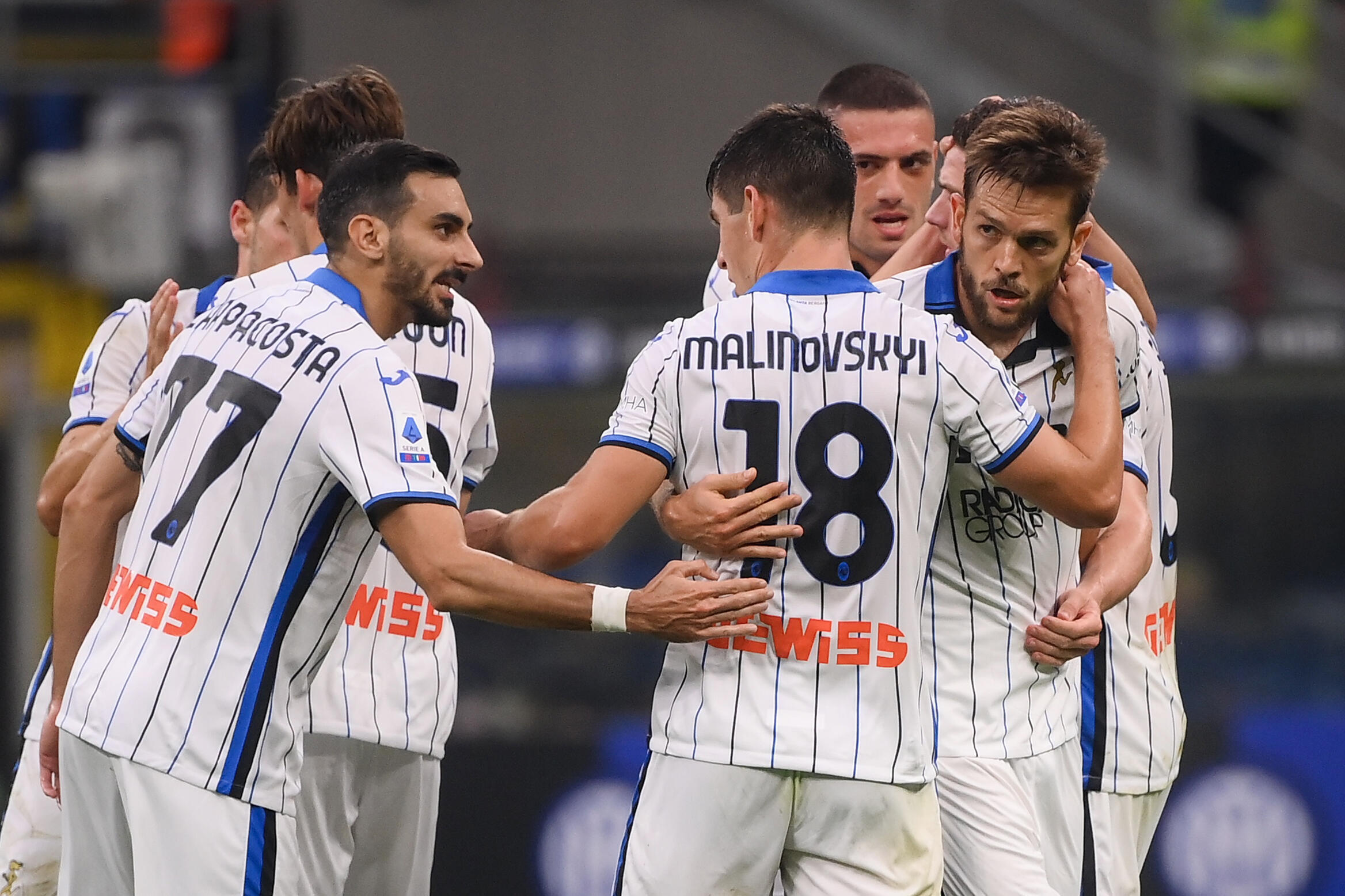 La gioia del difensore dell'Atalanta Bergamo Rafael Toloi (r), congratulato dai suoi compagni di squadra dopo il gol contro l'Inter, nella partita di Serie A, il 25 settembre 2021 allo Stadio San Siro