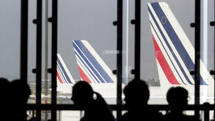 Des passagers attendent leur vol à Orly, le 15 septembre 2014.