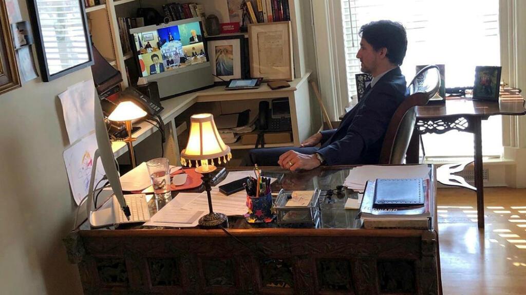 El primer ministro de Canadá, Justin Trudeau, habla con los líderes del G7 durante una teleconferencia mientras se encuentra aislado, debido a que su esposa Sophie Gregoire dio positivo por un nuevo coronavirus (COVID-19), en su casa en Rideau Cottage en Ottawa, Ontario, Canadá, el 16 de marzo de 2020.