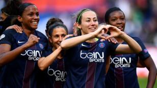 Sabrina Delannoy (au centre) célèbre l'ouverture du score pour le PSG contre Barcelone en demi-finales de la Ligue des champions, le 29 avril 2017.