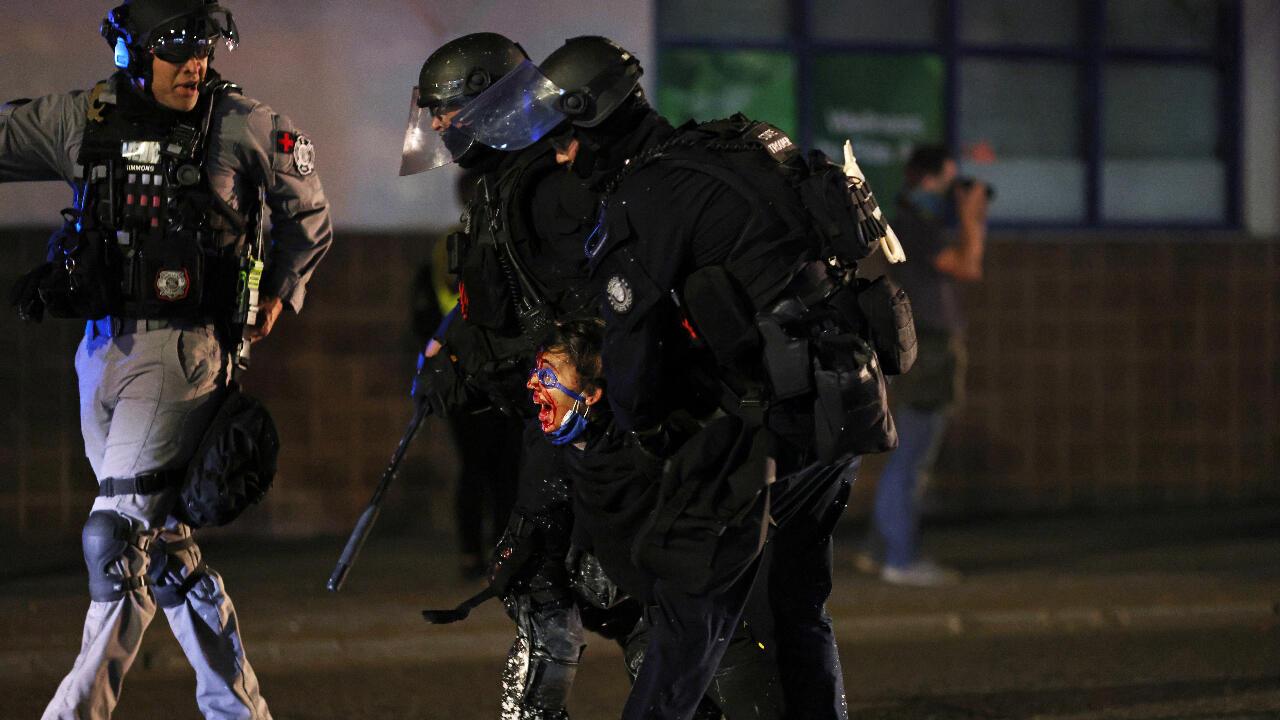La policía de Portland, Oregon, Estados Unidos, detiene a un manifestante herido en la noche del 4 de septiembre de 2020.