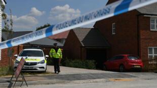شرطي يقوم بحراسة المكان الذي تم العثور فيه على رجل وامرأة فاقدين للوعي في مدينة أيمزبري، جنوب إنكلترا، في 5 تموز/يوليو 2018.