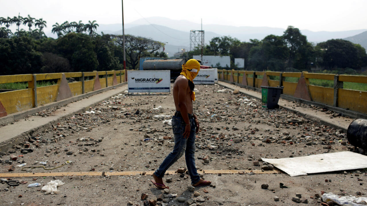 Un hombre camina por el Puente Internacional Simón Bolívar entre Venezuela y Colombia, luego de los enfrentamientos entre partidarios de la oposición y las fuerzas de seguridad de Maduro, en Cúcuta el 24 de febrero de 2019