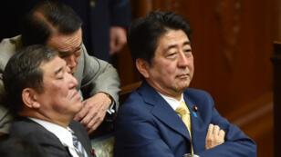 Le Premier ministre japonais Shinzo Abe et les membres de son cabinet, le 16 juillet 2015