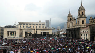 Miles de personas se concentran en la Plaza de Bolívar durante una movilización estudiantil en Bogotá, Colombia, el miércoles 10 de octubre de 2018.