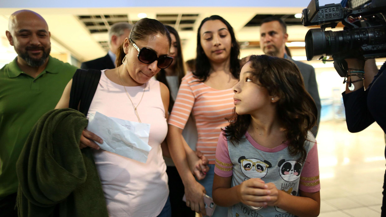 Alejandra Juárez junto a su hija menor en el Aeropuerto Internacional de Orlando. 3 de agosto de 2018.