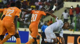 L'Algérien Yacine Brahimi face à l'Ivorien Serey Die lors du quart de finale de la CAN, le 1er février 2015.