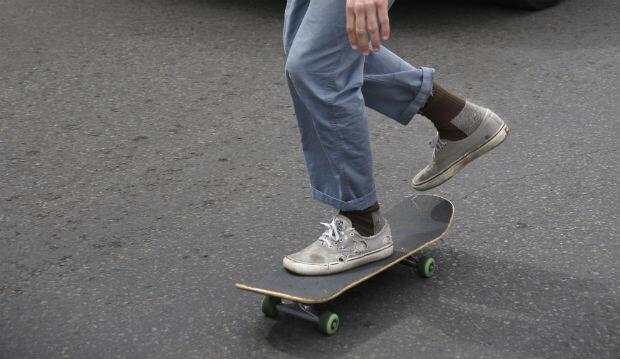 Un skateur dans les rues de Santa Fe, au Nouveau-Mexique.