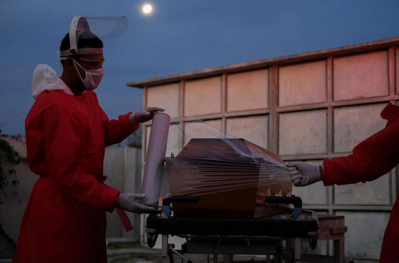 Préparation du cercueil d'un homme soupçonné d'être mort des suites du Covid-19 à Rio de Janeiro, le 5 mai 2020.
