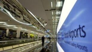 أرشيف | صورة لمسافر متوجه نحو قاعة المغادرة في مطار دبي