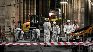 Des ouvriers lors de travaux préliminaires dans la cathédrale Notre-Dame de Paris, le 17 juillet 2019 à Paris.