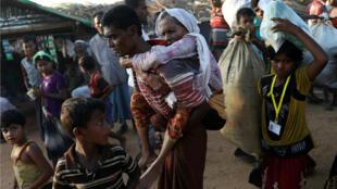 Refugiados llegando al campo de Kutupalong cerca del Bazar de Cox en Bangladesh