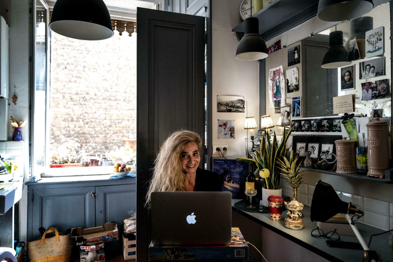 """L'humoriste française Vanessa Desmaret diffuse depuis sa cuisine le 11 avril 2020 à Lyon une émission de la chaîne de télévision en ligne """"Confinage TV"""" créée par la troupe du Théâtre public du Lavoir, lors du 26e jour de confinement."""