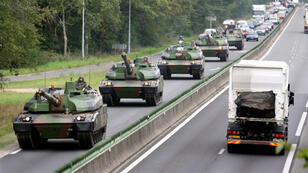 Des chars Leclerc français circulent près d'Orléans le 4septembre2006.
