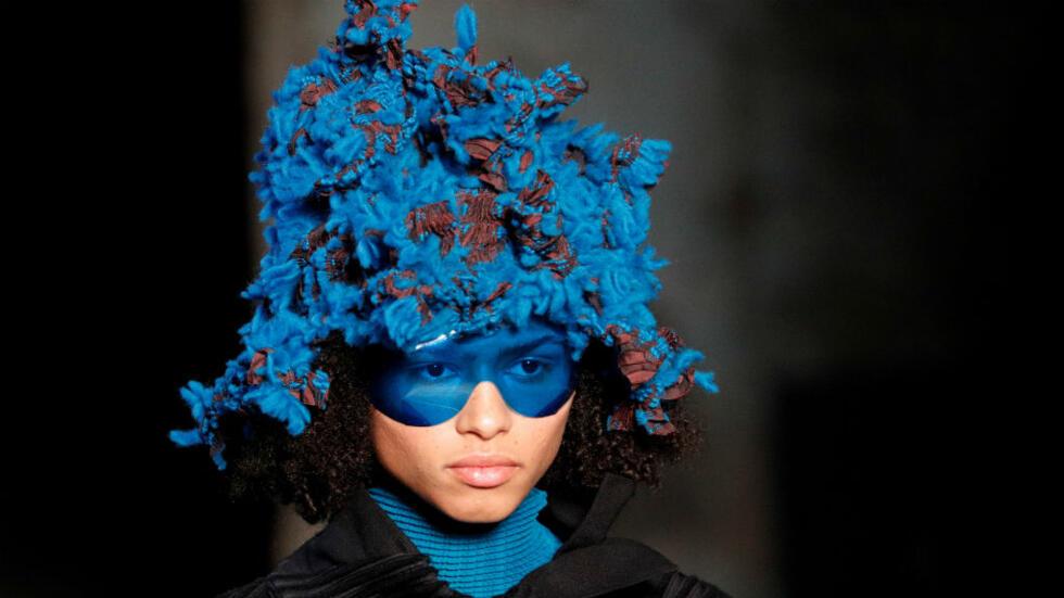 Una modelo presenta una creación del diseñador japonés Yoshiyuki Miyamae como parte de su colección de ropa de mujer de otoño/invierno 2018-2019 para Issey Miyake, durante la Semana de la Moda en París, Francia.