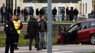 Des policiers français, vendredi 1er janvier 2016, se tiennent à côté du véhicule ayant foncé sur des militaires à proximité de la mosquée de Valence.