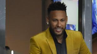 Neymar dans les tribunes VIP du stade Mineirao avant la demi-finale de Copa America Brésil - Argentine à Belo Horizonte, le 2 juillet 2019.