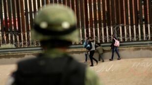 Un soldado de la Guardia Nacional observa a los migrantes después de cruzar ilegalmente a El Paso, Texas, EE. UU. Foto tomada en Ciudad Juárez, el 15 de septiembre de 2019.
