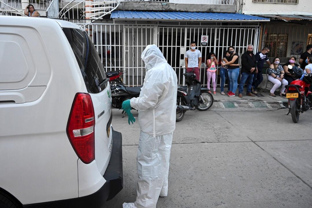 Un trabajador de una funeraria se prepara para recoger el cadáver de un hombre que presuntamente murió de Covid-19 en su casa en Cali, Colombia, el 26 de julio de 2020.