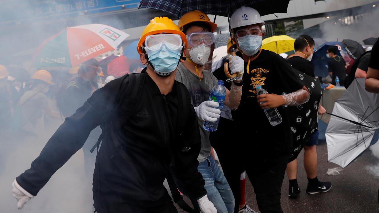 Los manifestantes reaccionan durante una manifestación contra un proyecto de ley de extradición en Hong Kong , China, 12 de junio de 2019.