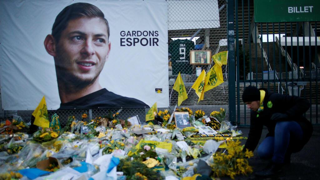 Vista general de los tributos dejados fuera del estadio Stade de la Beaujoire al futbolista argentino Emiliano Sala, el 30 de enero de 2019 en Nantes, Francia.
