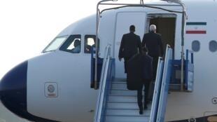وزير الخارجية الإيراني محمد جواد ظريف يغادر مدينة بياريتس الفرنسية مقر انعقاد قمة مجموعة السبع، 25 أغسطس/آب 2019.