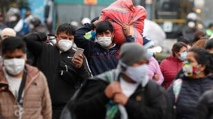 Cientos de vendedores ambulantes desacatan la cuarentena decretada para tratar de mitigar la propagación del Covid-19, en Lima, Perú, el 12 de junio de 2020.