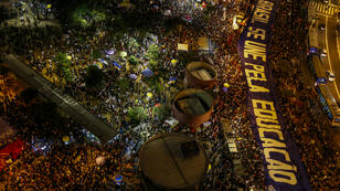 """""""Le Brésil uni pour l'éducation"""": les manifestants ont défilé à São Paulo avec une grande banderole contre les coupes budgétaires du gouvernement Bolsonaro, le 30 mai 2019."""