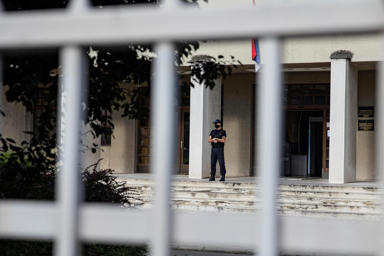 حارس أمن أمام السجن المركزي في بلغراد، صربيا ، 13 يوليو 2020.