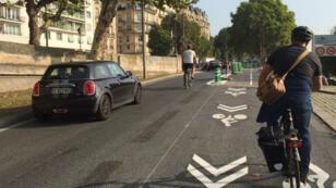 Les cyclistes empruntent pour la première fois la première piste du réseau express de Paris, mardi 29 août.