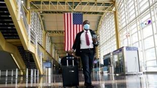 Un pasajero camina por el aeropuerto nacional Reagan en Washington, EE. UU., mientras la nueva pandemia de coronavirus mantiene la economía contraída.