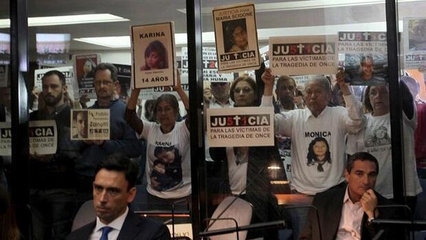 """Familiares y conocidos de las víctimas del accidente ferroviario conocido como la """"Tragedia de Once"""", que dejó 51 muertos en 2012, presencian la lectura de la sentencia en los Tribunales Federales de Buenos Aires."""