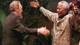 Fidel Castro accueilli par Nelson Mandela à Durban, en Afrique du Sud, en 1998.