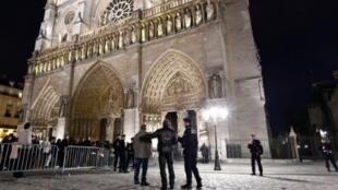 كاتدرائية نوتردام في باريس 25 كانون الأول/ديسمبر 2015