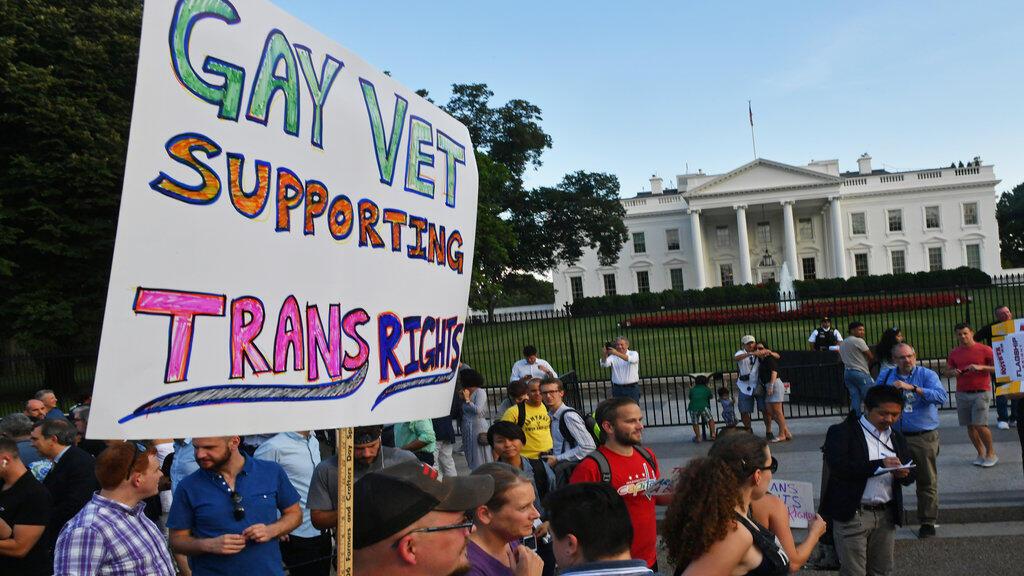 Une manifestation contre l'interdiction des personnes transgenres dans l'armée en juillet 2017 devant la Maison Blanche.