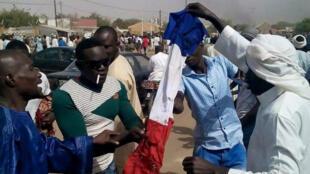 "Des manifestants anti-""Charlie Hebdo"" à Zinder, au Niger, vendredi 16 janvier."