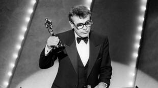 """El cineasta checo Milos Forman recibe el premio a Mejor Director el 25 de marzo de 1985, por su trabajo en """"Amadeus"""", en la entrega de los premios Oscar (Imagen de archivo)."""