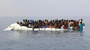 مهاجرون ينتظرون عملية إنقاذ قبالة بلدة الزاوية الليبية شرق طرابلس في 20 آذار/مارس 2017
