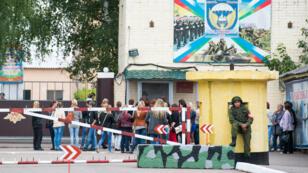 Les mères et les épouses des parachutistes russes capturés en Ukraine à Kostroma, le 28 août.
