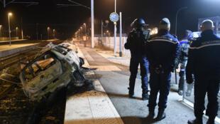 Des carcasses de voitures brûlées sur les voies ferrées, à Moirans, près de Grenoble, le 20 octobre.