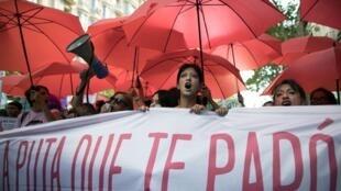 """En Argentina, una mujer es asesinada cada 32 horas, casi siempre por su exmarido o su expareja. El movimiento """"Ni una menos"""" hace que miles de personas salgan a la calle para reclamar igualdad y justicia..."""
