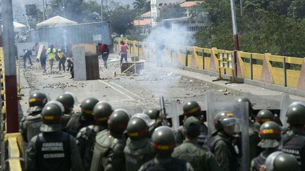 Manifestantes mientras se enfrentaban con las fuerzas de la Guardia Nacional de Venezuela en el puente internacional Simón Bolívar, que une a Cúcuta con la ciudad venezolana de San Antonio del Táchira, el 24 de febrero de 2019.
