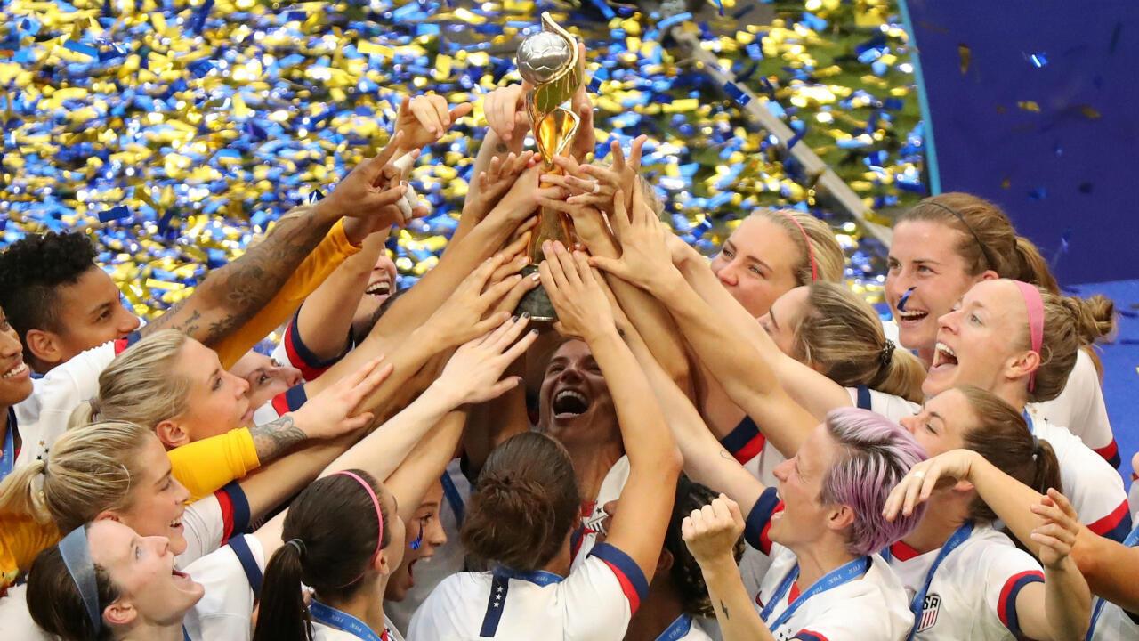 Estados Unidos alza la copa del Mundial Femenino de la FIFA en Lyon, Francia, tras vencer a Países Bajos el 7 de julio de 2019