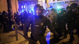 La police anti-émeute lors d'une manifestation condamnant l'arrestation du chanteur de rap Pablo Hasel, à Barcelone, le 20 février 2021.