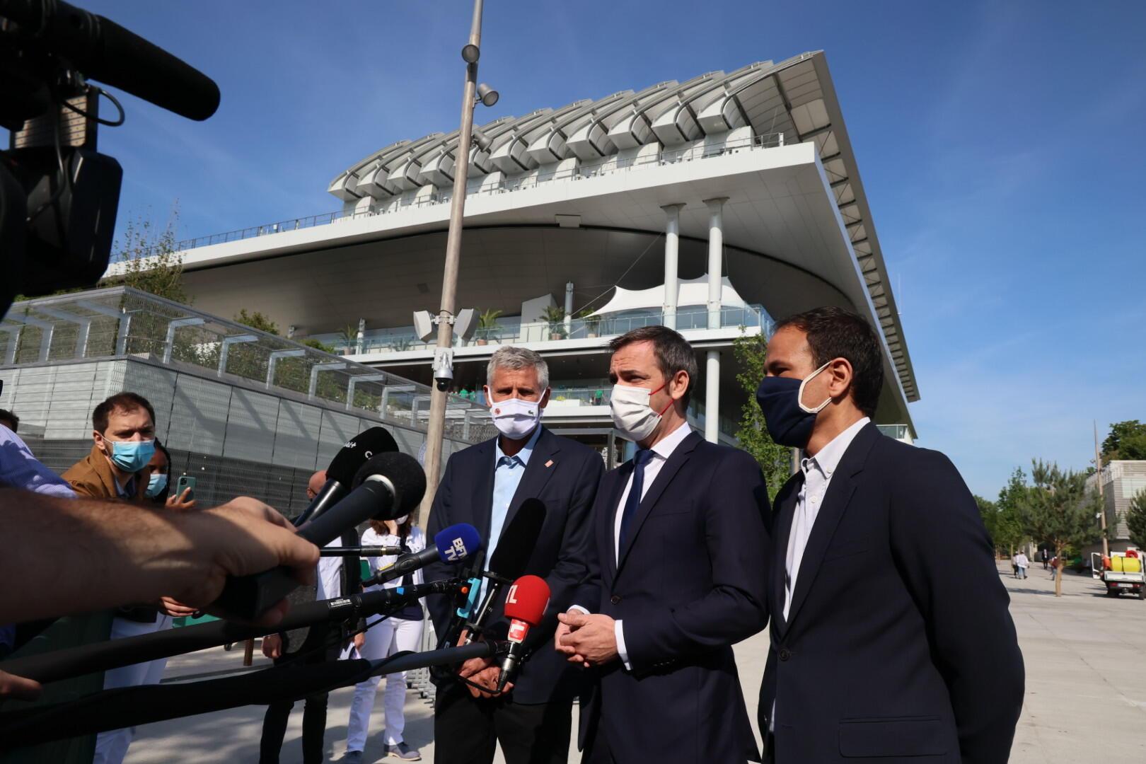 Olivier Véran lors du rapide point-presse à Roland-Garros.