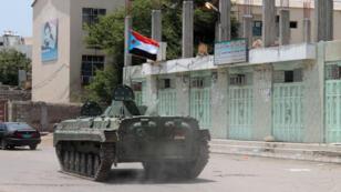 دبابة تجوب شوارع عدن وتحمل علم الحركة الانفصالية الجنوبية في اليمن